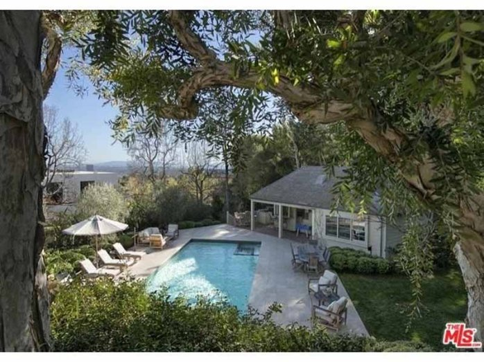 out-back-the-pool-and-pool-house-overlook-the-city